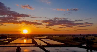 夕阳下美丽的七星湿地